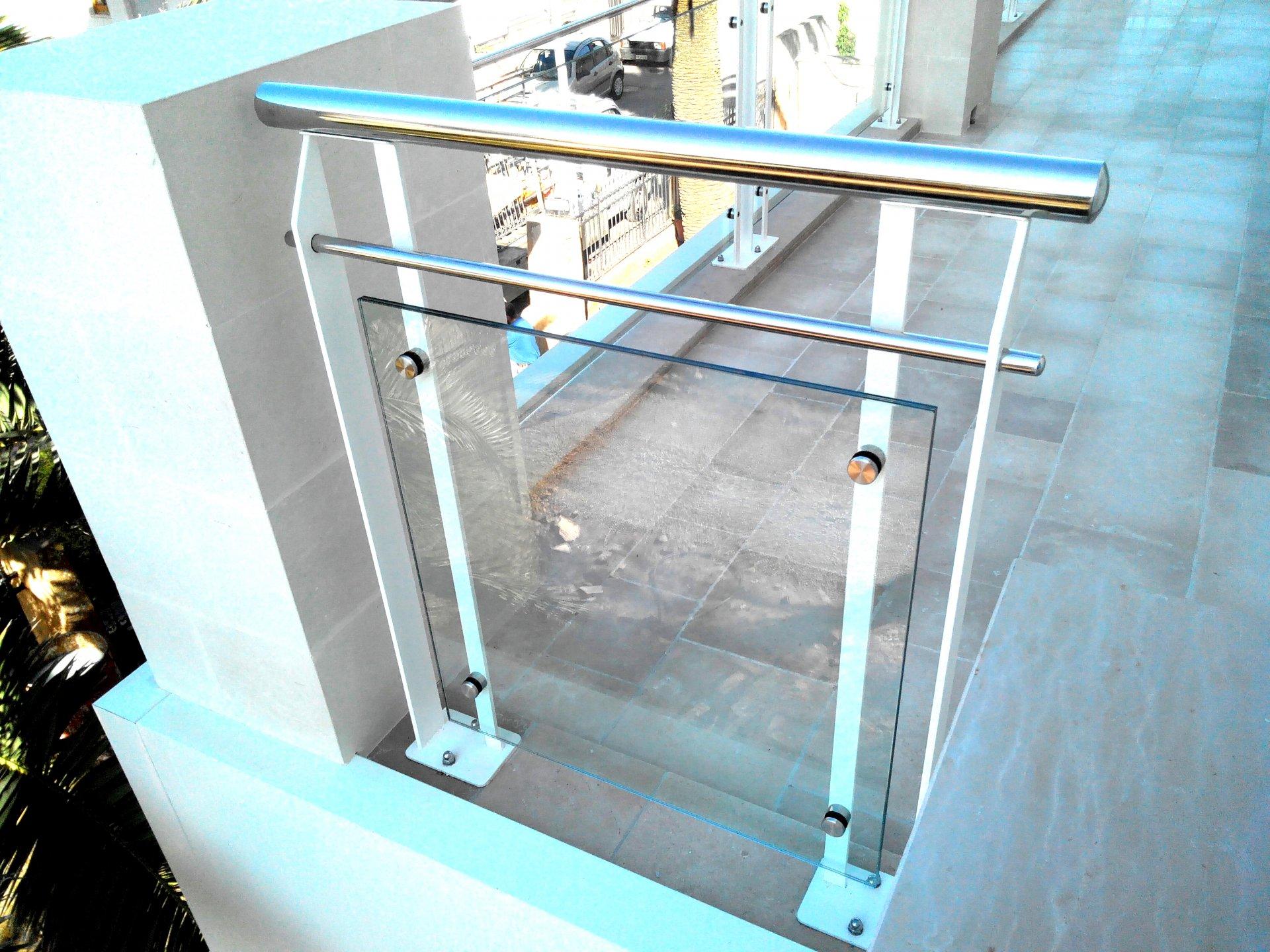 Ringhiera in ferro acciaio e vetro ab serramenti - Casa in acciaio e vetro ...