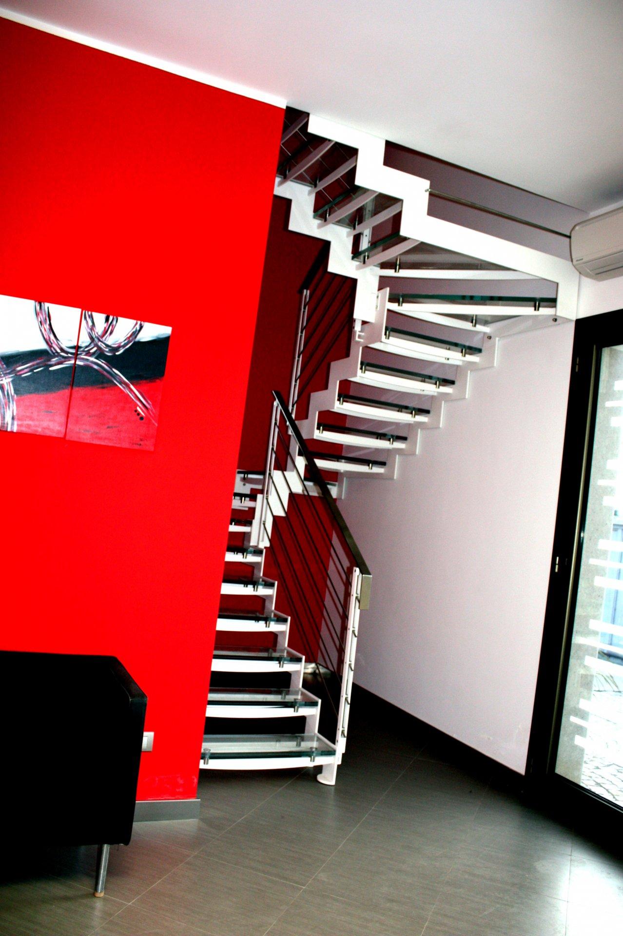 Molto Scala interna con costole in ferro e gradini in vetro | AB Serramenti YR11