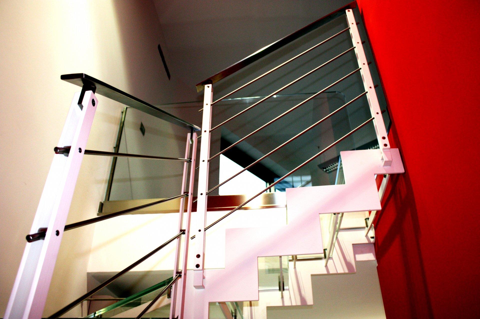 Scala interna con costole in ferro e gradini in vetro ab serramenti - Scala interna in ferro ...