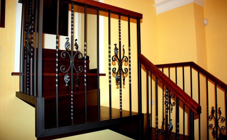 Scala interna in ferro e legno