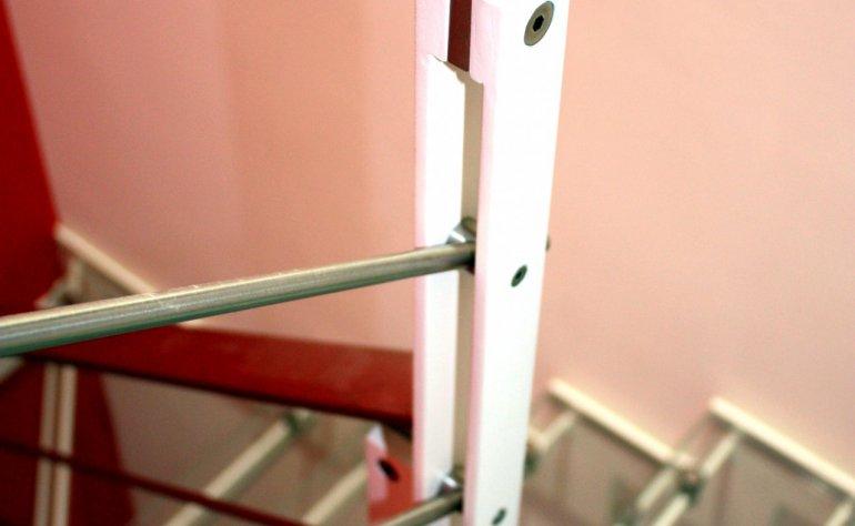 Scala interna con costole in ferro e gradini in vetro
