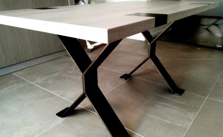 Tavolo d'arredo realizzato artigianalmente