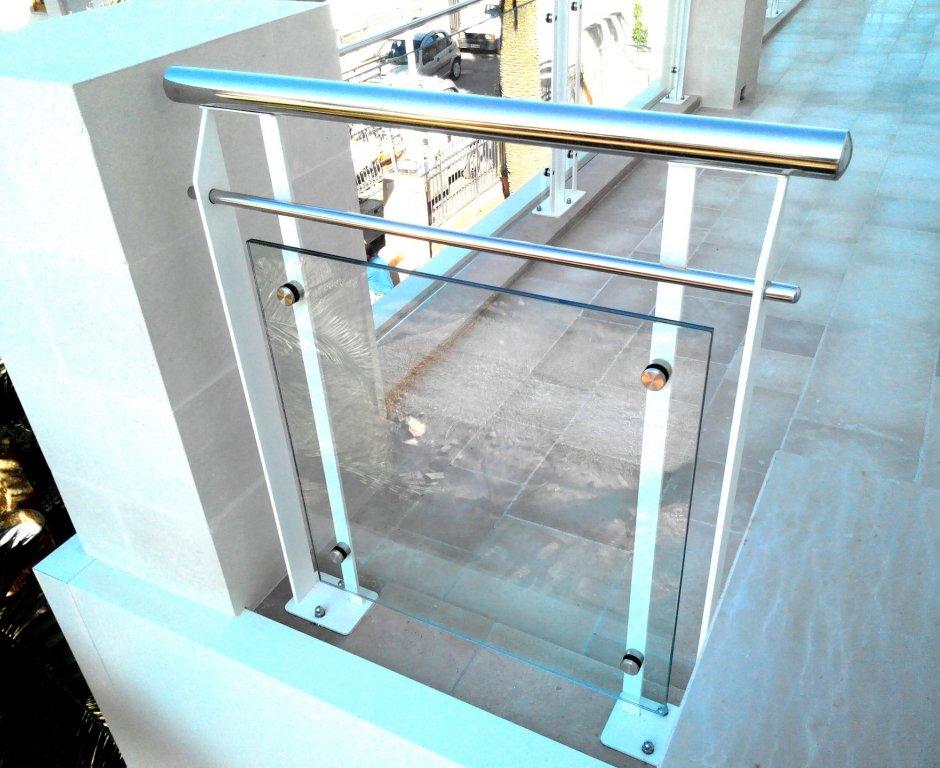 Ringhiera in ferro, acciaio e vetro
